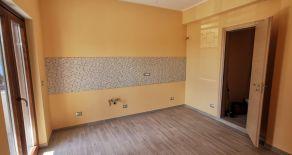 VIA DE FILIPPIS – Affittasi appartamento ristrutturato di 105 mq al piano terra di stabile signorile con ascensore