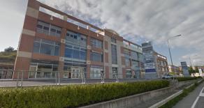 CATANZARO SALA – VIA LUCREZIA DELLA VALLE. Affittasi in stabile di recente costruzione con alta visibilità commerciale, locale commerciale di 285 mq anche divisibile in due unità di 137 mq e 148 mq