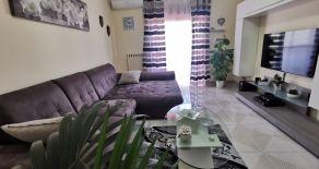 CATANZARO SALA – VIA FARES. Vendesi appartamento di 115 mq ristrutturato e incluso di arredi in perfette condizioni interne + garage, cantina e due posti auto.