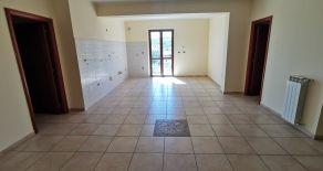 PRESSI CATANZARO – ZONA ALLI. Affittasi appartamento libero di arredi al piano primo rialzato di piccolo stabile di due piani con posto auto